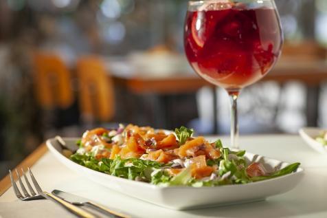 Ensalada de salmón y salsa de alcaparras